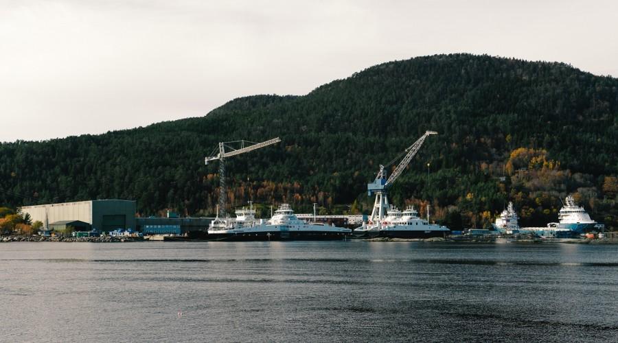 Ferjer i kai ved skipsverftet i Leirvik i Sogn. Foto: Peter Førsund