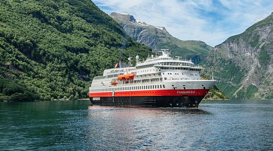 Hurtigruteskipet Finnmarken slak tilbake til verftet der det vart bygd. Foto:Agurtxane Concellon /Hurtigrutenr ombygging.