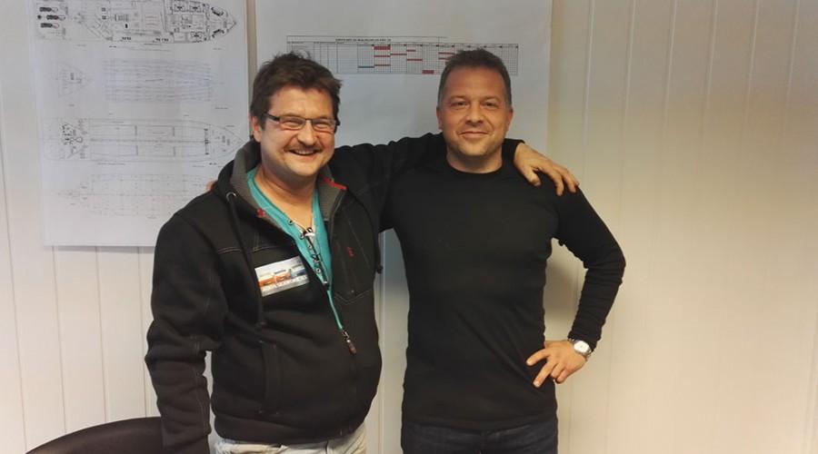 Arne Magnar Guttelvik i Aqua Seawork og FMVs prosjektleder Åsmund Sørfonn er klare til å bygge båt sammen. Foto: Fitjar Mek. Verksted