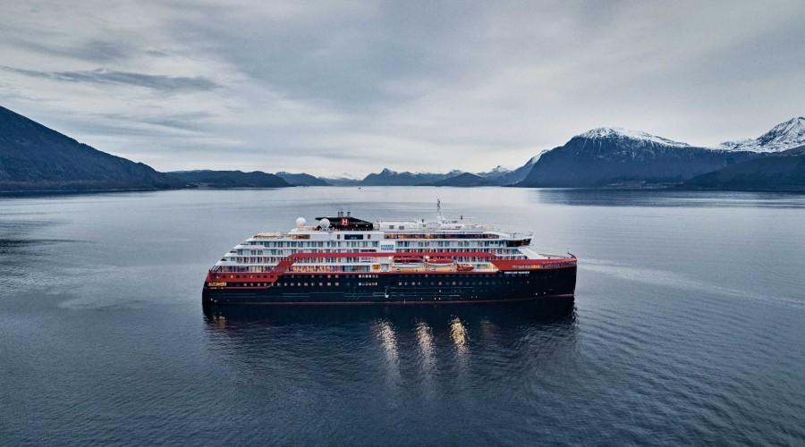 Det hyrbride ekspedisjonscruiseskipet Fridtjof Nansen er nyeste bygg fra Kleven Verft til Hurtigruten. Foto: Hurtigruten