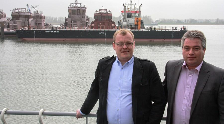 Endre Brekstad, teknisk sjef i FSVGroup AS, Fran Koppelaar, direktør Pontonns & Barges i Damen Shipyards Gorinhem foran  den nye lekteren.
