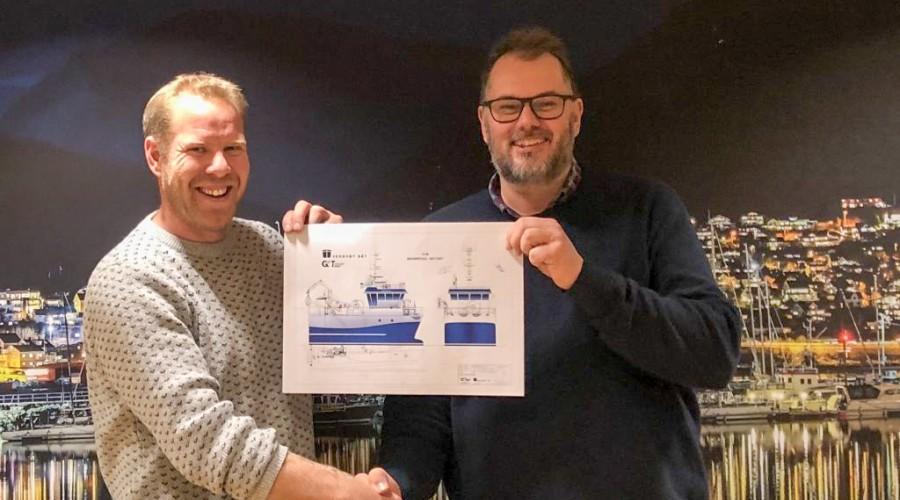 Reder Jarle Troland Glesnes (t.v.) og administrerende direktør Andre Rustad i GOT Skogsøy med tegning av den nye båten som verftet nå skal bygge. Foto: GOT Skogsøy