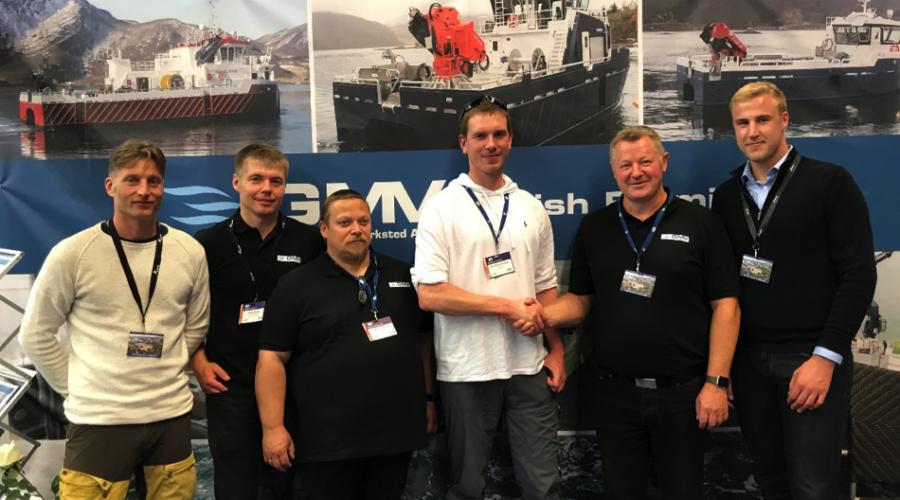Fornøyde representanter fra både Grovfjord Mek. og Lovundlaks, da kontrakten ble signert under Aqua Nor. Foto: Grovfjord Mek. Verksted