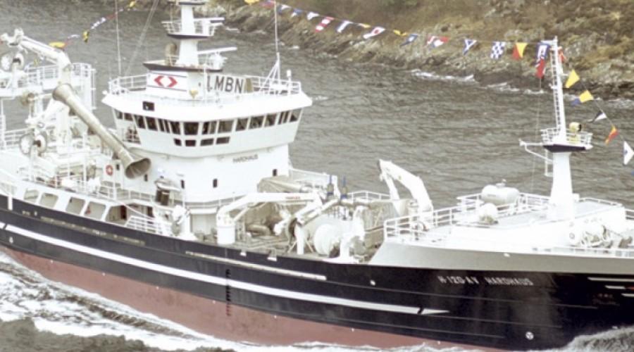 Tråleren som var inne i tørrdokken som kantret i Hirtshals er nå slept til Frederikshavn.