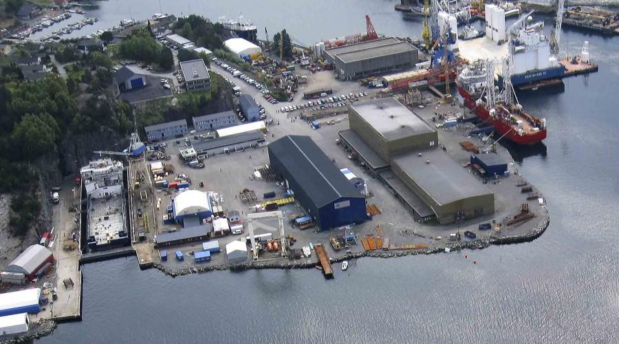 Verftsanlegget til Halsnøy Dokk. Området er på ca 54 000 m2 hvorav ca 10 000 m2 er bebygd med produksjonshaller, malingshaller, lagerbygninger, boligrigger, kontorer, etc. Foto: Halsnøy Dokk