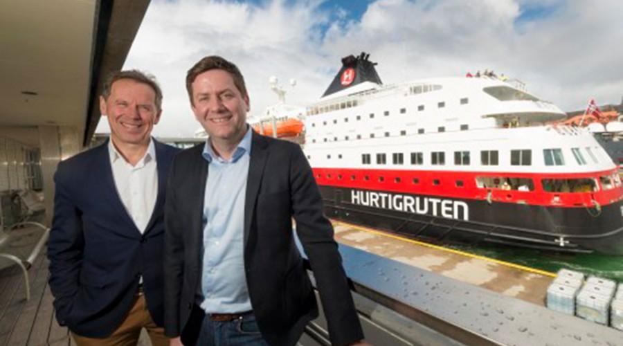 Konsernsjef Ståle Rasmussen i Kleven (t.v.) og konsernsjef Daniel Skjeldam i Hurtigruten har signert kontrakt. Foto: Hurtigruten