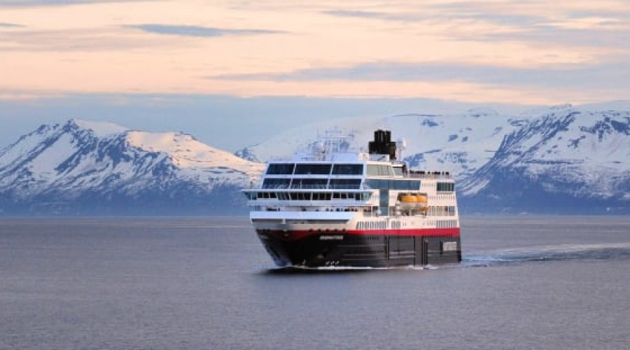 Fra 2021 skal Hurtigruten starte ekspedisjonsseilinger langs norskekysten - med hybridskip som MS Eirik Raude (tidligere MS Midnatsol). Foto: Marius Lietaer/Hurtigruten