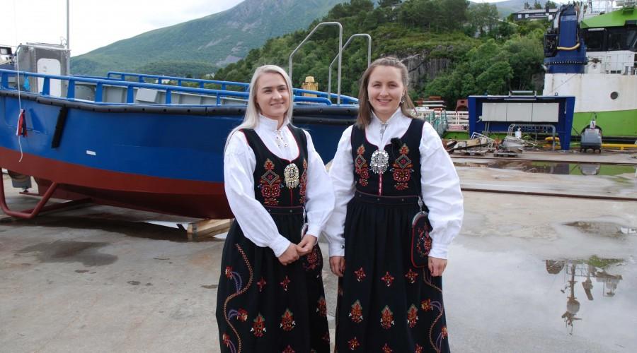 Gudmødrene Ingrid Fjørtoft Klokk og Birgitte Ranvik Bjørnland har selv vært med på å bygge båten. Foto: Kurt W. Vadset