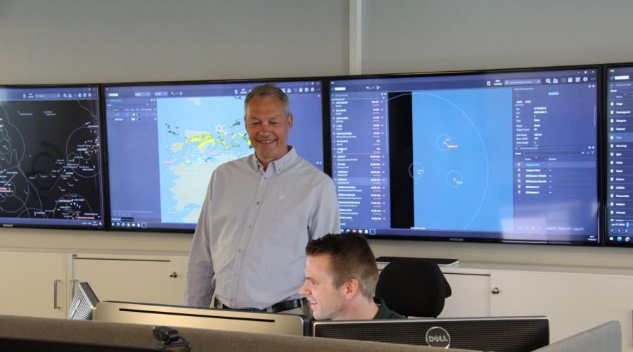 Vissims kontrollrom i Horten: Per Henæs, daglig leder i Vissim (stående), og Morgan Helmen, systemingeniør (sittende). Foto: Vissim.