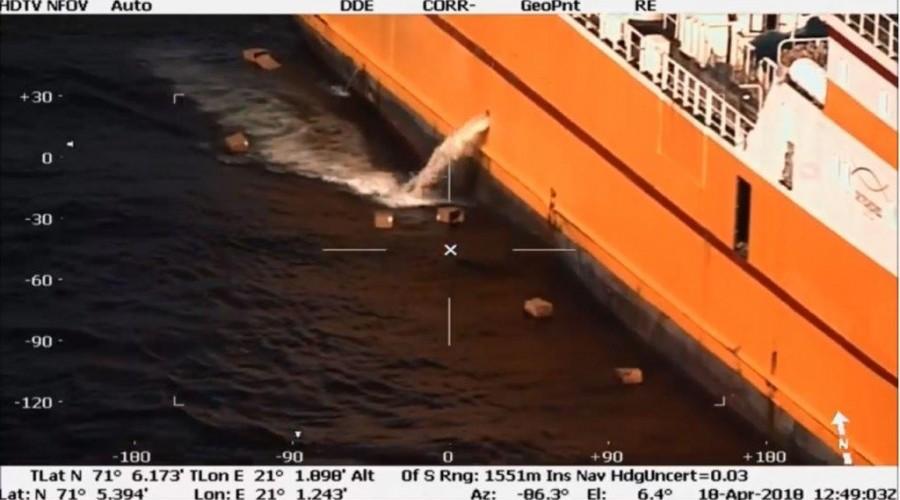 Kystvakten fanget en miljøsynder opp på kamera. Foto: Sjøfartsdirektoratet/Kystvakten
