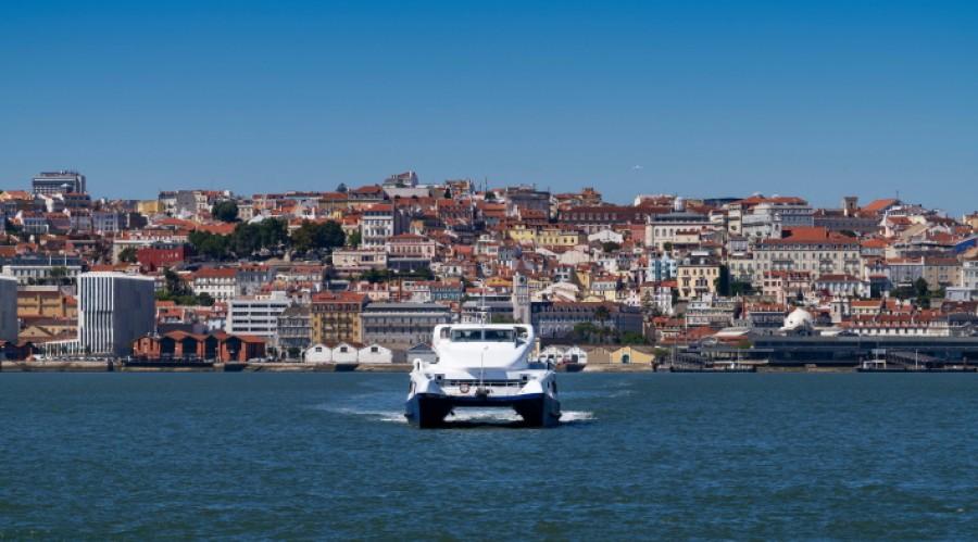 Med utstyr fra Zinus som del av ABBs integrerte leveranse, elektrifiserer det portugisiske fergeselskapet Transtejo S.A. tre fergeruter over Tejo-elven i Lisboa. Dette betyr utslippsfri transport for de 19 millioner passasjerene som årlig bruker disse overfartene. (Illustrasjonsfoto)