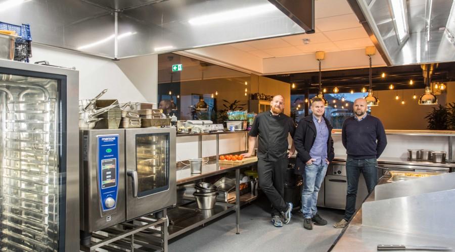 F.v.: kokk Thor Erik Andersen ved Folk Spiseri, produktsjef Alexander Elvanes og servicesjef Ronny Lauvstad frå Mare Safety i det nye Metos-kjøkkenet til Folk Spiseri som er levert av Mare Safety i Ulsteinvik. Foto: Mare Safety