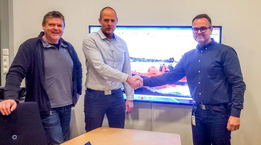 Kontraktssignering f.v. Jan Helge Thorsen - Bergen Brann, Sindre Kleive - Områdesalgssjef Maritime Partner, Are Mydland - Bergen Brann