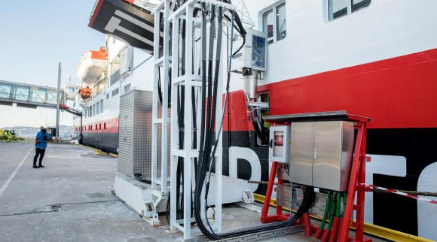 Bergen er den første havnen som tilbyr Hurtigruten landstrøm. Onsdag 28. februar ble MS Spitsbergen koblet til anlegget for første gang. Foto: Eivind Senneset/Hurtigruten/Bergen Havn