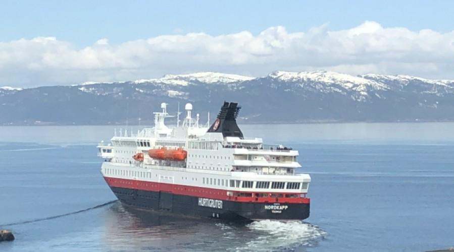 Hurtigruteskipet Nordkapp på vei ut fra Trondheim havn. Nå er rederiet rammet av et alvorlig dataangrep. Foto: John Inge Vikan.
