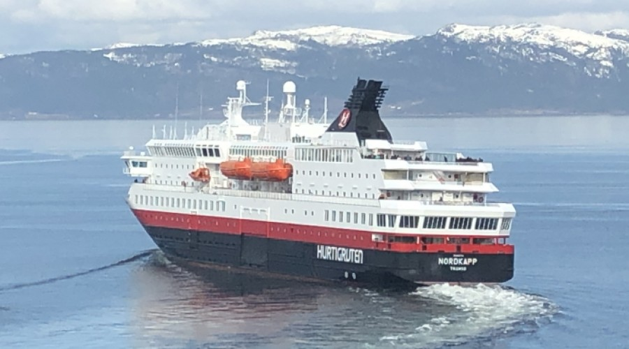 Hurtigruten skal fortsatt seile mellom Bergen og Kirkenes, fortsatt men bare med fem skip. Bildet viser Nordkapp på vei ut fra Trondheim. Foto: John Inge Vikan
