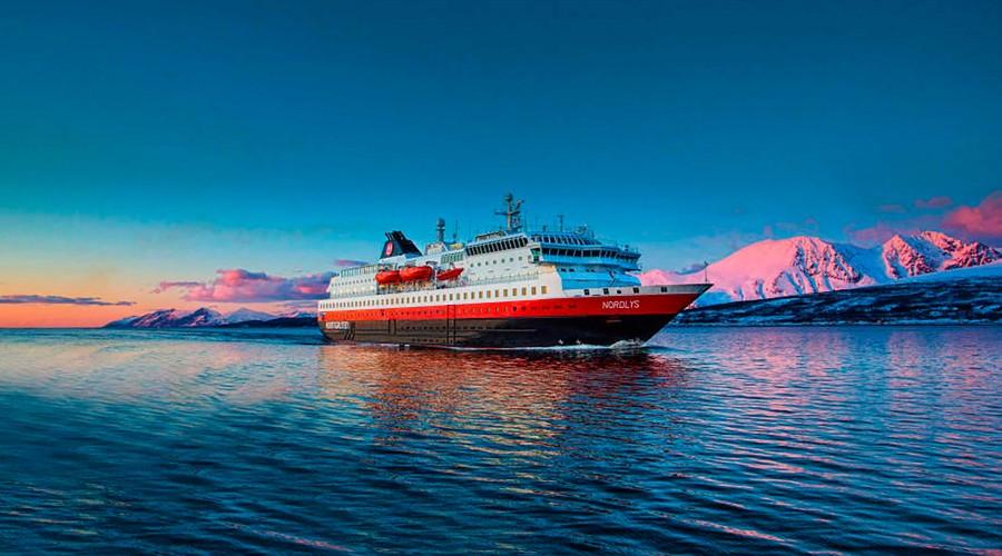 Samferdselsdepartementet ønsker en rask avklaring om hvem som skal seile fra Bergen til Kirkenes i kystruta etter 2020. Hurtigruten AS er et av rederiene som gir anbud, og rederiet har nå også kjøpt tilbake skipet Nordlys. Foto: Hurtigruten.