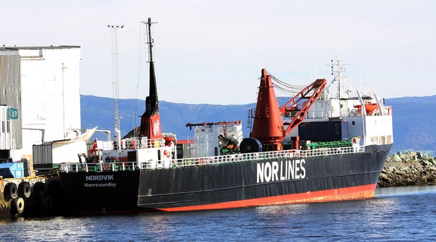 Lossing av containere på havna i Orkanger. Flytting av mer gods fra vei til kjøl vil gi store klimafordeler. Foto: Trondheim havn.