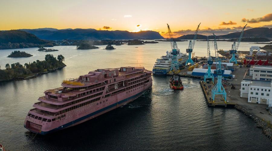 To nye cruiseskip op plass ved Ulstein Verft. Foto: Ulstein/Oclin