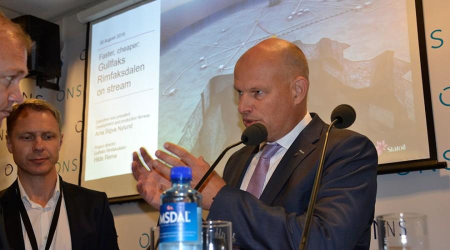 Statoils konserndirektør med ansvar for norsk sokkel, Arne Sigve Nylund, kunne åpne julepresanger under ONS tirsdag.