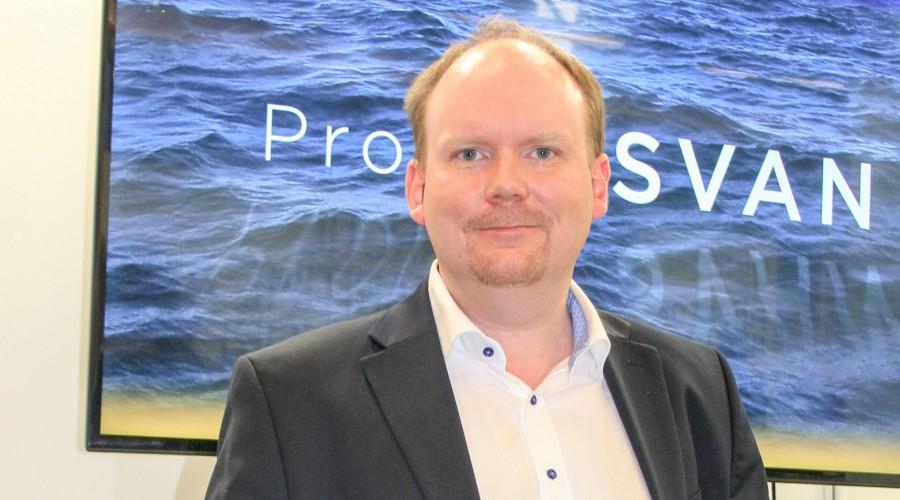 Oskar Levander ved Rolls-Royce sitt innovasjonssenter i Turku i Finland skal nå samarbeide med kolleger i Norge for ytterligere automasjon av ferjedrift. Foto: Frode Rabbevåg