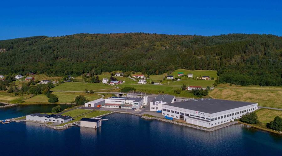 Det avlange bygget i midten huser Hydroniq Coolers (tidligere Sperre Coolers) på Ellingsøya i Ålesund. Foto: Sperre