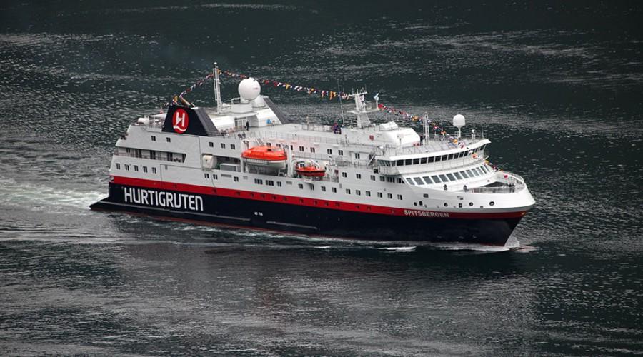 MS Spitsbergen i Geirangerfjorden. Foto: Mona Samdahl