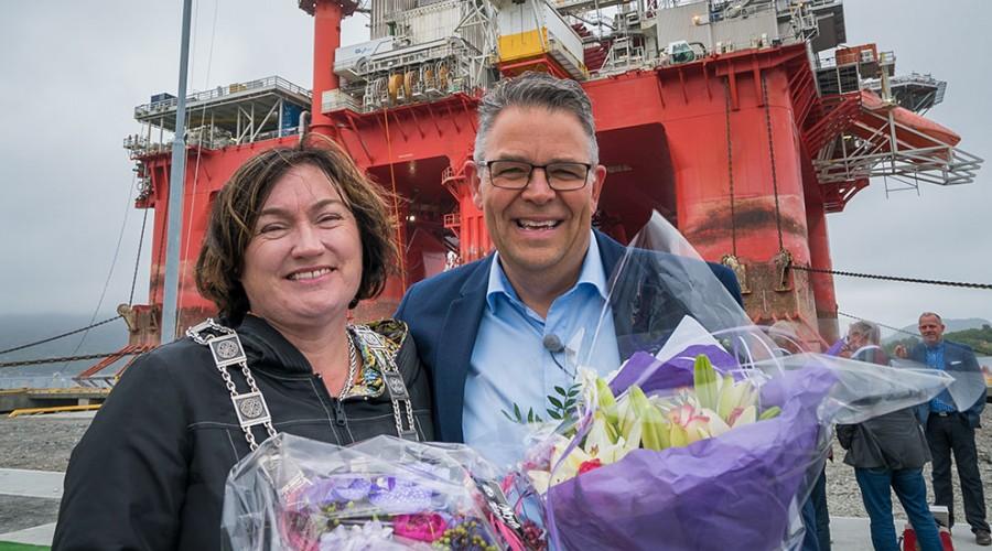 Ordfører Ingrid Rangønes i Averøy kommune åpnet landstrømanlegget. Her sammen med daglig leder Frank Ellingsen i Averøy Industripark.