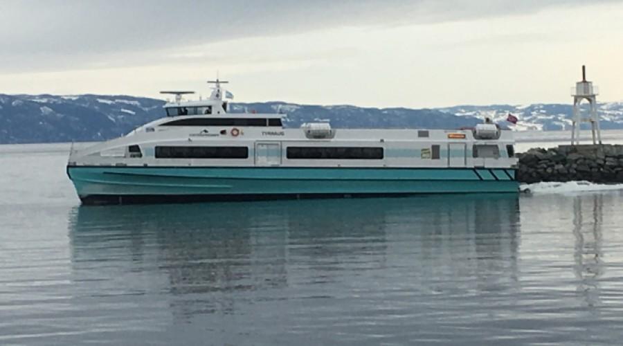Tyrhaug, som trafikkerer Trondheim – Kristiansund, er en relativt ny hurtigbåt. Men nå intensiveres arbeidet med å skape nye, lav- og utslippsfrie hurtigbåter. Foto: John Inge Vikan.