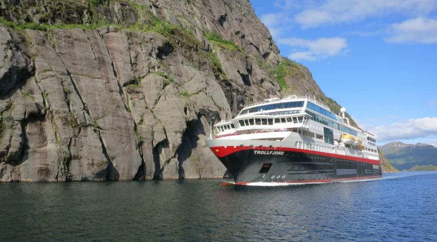 MS Maud (nåværende MS Trollfjord) får et navn med lange tradisjoner både i og utenfor Hurtigruten. Skipet er oppkalt etter en av historiens mest kjente polarskuter, Roald Amundsens «Maud» fra 1917. Skipet hentet navnet fra Norges første dronning i moderne tid, som også ga navn til Hurtigrutens tidligere flaggskip, DS Dronning Maud fra 1925. Foto: Solfrid Bøe/Hurtigruten