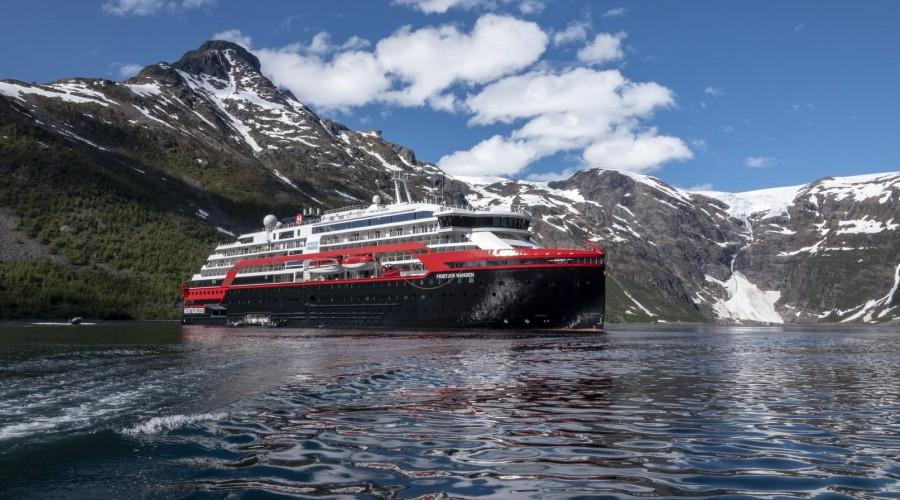 Hybriddrevne MS Fridtjof Nansen blir det første cruiseskipet som blir registrert på Svalbard. Skipet skal seile ekspedisjonscruise til blant annet Antarktis, Grønland og Island. Foto: Andrea Klaussner/Hurtigruten Expeditions