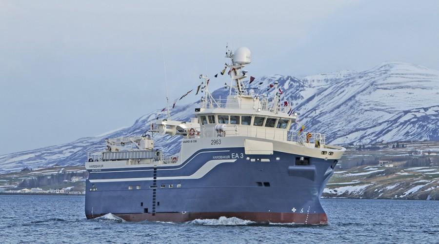 Her er Hardbakur på vei inn i hjemmehavnen sin, Akureyri på Island, for første gang. Foto: Hafthor Hreidarsson/Skipamyndir