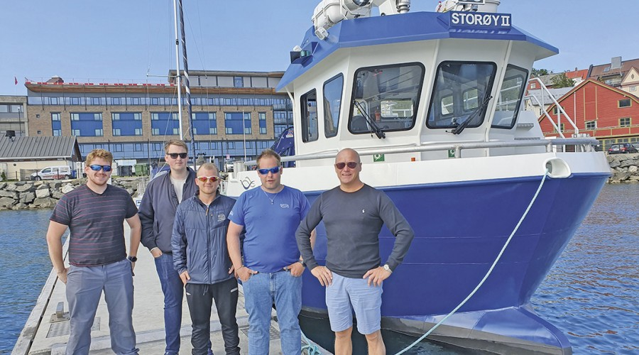 Fra venstre: Jan Christian Johansen, Fredrik Strand, Jonas Svendsen, Kristian Bredahl og Markedssjef i Folla Maritime Service, Greger Samuelsen. Foto: Folla Maritime Service.